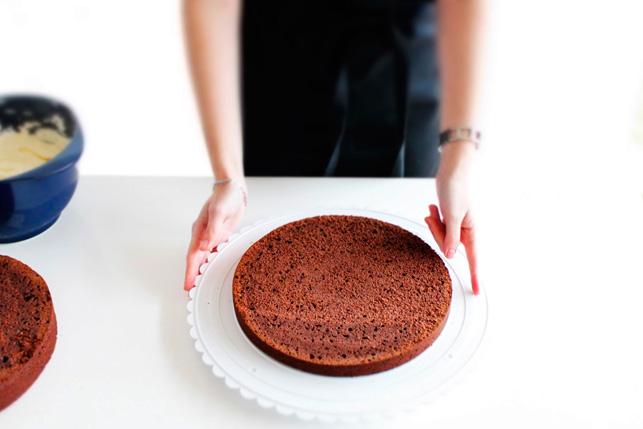Læg kagen på et kagefad